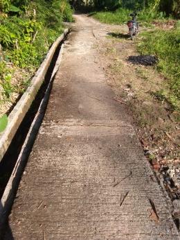 Gambar 1. Jalanan desa yang rusak dan bergelombang (dokumentasi pribadi)