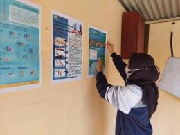 Gambar 1. Pemasangan Poster Edukasi Covid-19 di Tempat Strategis (Dokpri)