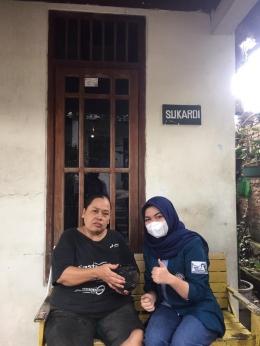 Gambar 1. Sosialisasi mengenai cara budidaya tanaman bayam kepada Ibu Yeni selaku warga RW 03 Kelurahan Bendungan (Dok. Pribadi)