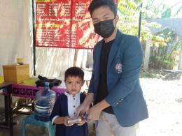 Membagikan olahan Nugget Lele kepada anak-anak di RT 04 RW 05 kelurahan Kramas (dokpri)