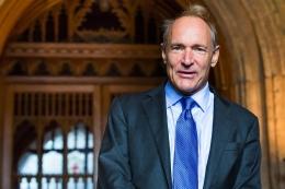 Sir Tim Berners-Lee. Sumber: https://commons.wikimedia.org/wiki/File:Sir_Tim_Berners-Lee.jpg