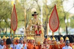 Raja Thailand Maha Vajiralongkorn dibawa melewati jalanan Bangkok dalam prosesi kerajaan(AFP/MANAN VATSYAYANA/via Kompas)