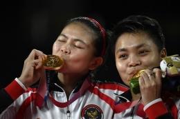 Greysia Polii dan Apriyani Rahayu dengan medali emas bulutangkis ganda putri Olimpiade Tokyo 2020 (Foto: AFP/Alexander Nemenov via kompas.com)
