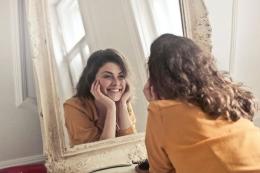 ilustrasi tersenyum, salah satu cara untuk berpikir positif. (sumber: PEXELS via kompas.com)