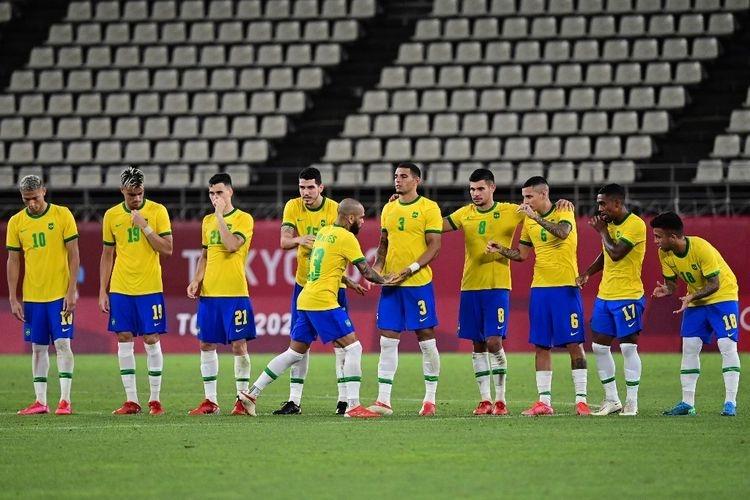 Bek Brasil Dani Alves merayakan gol penaltinya ke gawang Meksiko pada laga semifinal sepak bola putra Olimpiade Tokyo 2020 di Kashima Soccer Stadium, Selasa (3/8/2021). (AFP/PEDRO PARDO)
