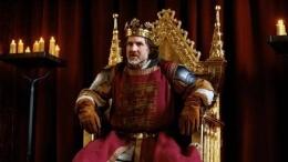 Ilustrasi Raja, Jo Stone-Fewings dalam sebuah teater memerankan King John (ft.com)