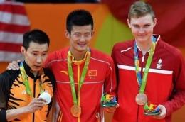 Chen Long (Tengah) dalam podium juara Olimpiade Rio 2016. Gambar: bolasport.com