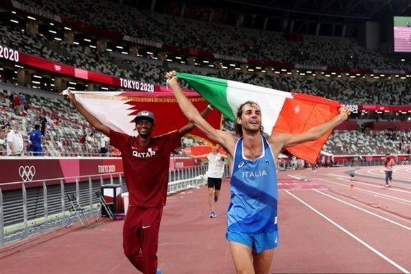 Selebrasi kemenangan bersama antara Mutaz Essa Barshim (Qatar) dan Gianmarco Tamberi (italia) pada final Lompat Tinggi Putra di Olimpiade Tokyo 2020 (Foto: Christian Petersen via Kompas.com)