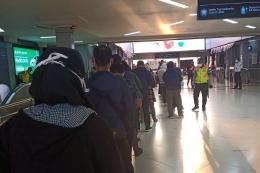 Berbaris antre sebelum menuju peron (foto: widikurniawan)