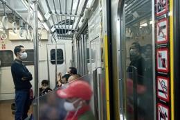Suasana di dalam KRL Commuterline di masa PPKM (foto: widikurniawan)