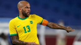 Dani Alves merupakan salah satu pemain senior yang membela Brasil di Olimpiade Tokyo 2020. Via: Reuters/Phil Noble