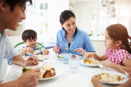 Ilustrasi makan bersama keluarga.  Sumber: monkeybusinessimages via Kompas.com