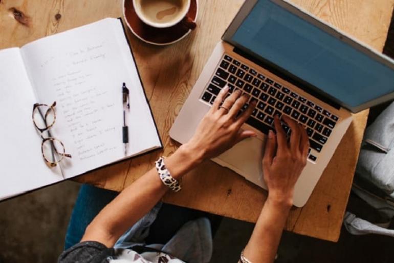 Menyunting artikel itu penting bagi seorang penulis. Sumber: Kristen Curette Hines/Stocksy/The Balance