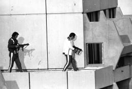 Foto: Polisi mencoba menembak teroris di hunian atlit. (Sumber: AP)