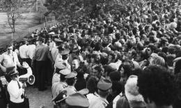 Foto: Kerumunan massa saat terjadi penyanderaan para atlet. (Sumber: HistoryCollection.com)