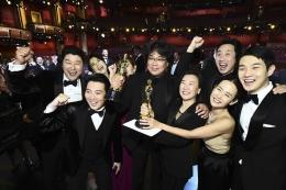 Parasite berhasi memenangkan piala Oscar. Sumber: AFP/AMPAS/MATT PETIT via Kompas