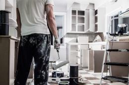 Ilustrasi tukang sedang mengerjakan renovasi rumah.| Sumber: SHUTTERSTOCK/BENOIT DAOUST via Kompas.com