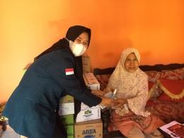 Memberikan Hand Sanitizer dan Masker rumah yang dikunjungi (Dokpri)