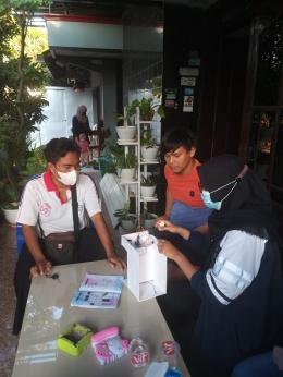 Demonstrasi Alat Hand Sanitizer Otomatis Bersama Karang Taruna Kelurahan Kajeksan (Sumber: Penulis)