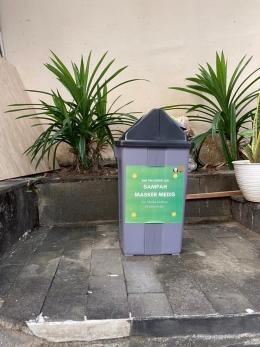 Gambar 3. Tempat sampah yang dibagikan kepada masyarakat/dokpri