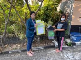 Gambar 1. Melakukan edukasi mengenai bahaya limbah masker medis dan cara pengelolaannya/dokpri