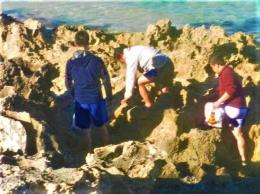 Batasan yang harus dilalui menuju tenpat perburuan abalone yaitu karang yang curam dan runcing (dok pribadi)