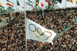Bendera Olimpiade Munchen 1972 dikibarkan setengah tiang peringati peristiwa terbunuhnya 11 atlet Israel. Sumber: Hulton Archive/Getty Images