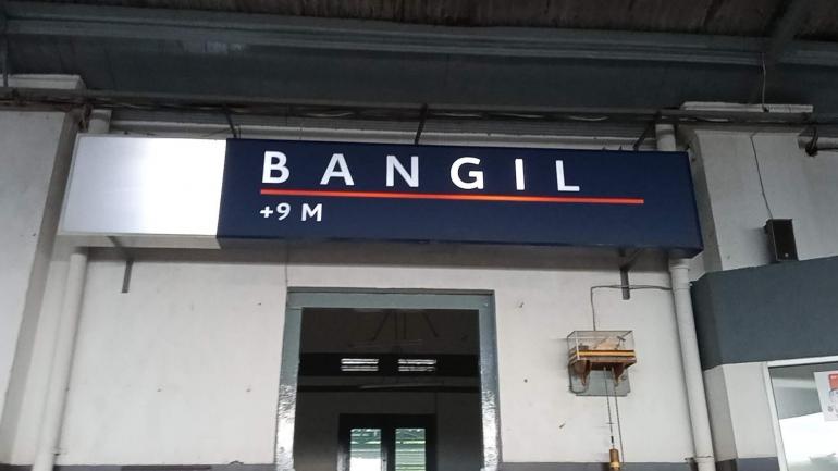 Papan nama Stasiun Bangil yang dilengkapi keterangan ketinggian stasiun. (Sumber: Dokumentasi Pribadi)
