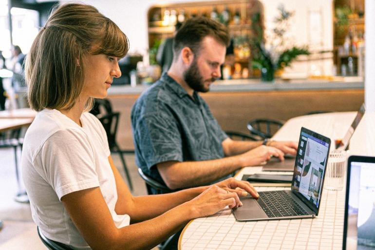 Ilustrasi tentang 4 dimensi senioritas dalam dunia kerja | Sumber: Pexels/Canva Studio