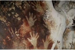 Gambar tangan di dinding gua Kompleks Prasejarah Leang-leang Kabupaten Maros, Sulsel   Sumber gambar: Historia