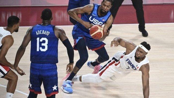 Kevin Durant dan Adebayo (AS) sedang meladeni permainan Prancis di fase grup Olimpiade Tokyo 2020 (sumber ilustrasi: tribunnews.com)