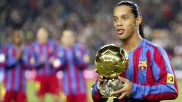 Ronaldinho dengan Trofi Ballon d'Or 2005 (Sumber: fourfourtwo.com)
