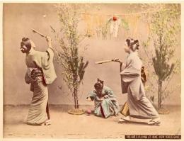 Bermain Hanetsuki saat Tahun Baru (pop-japan.com)