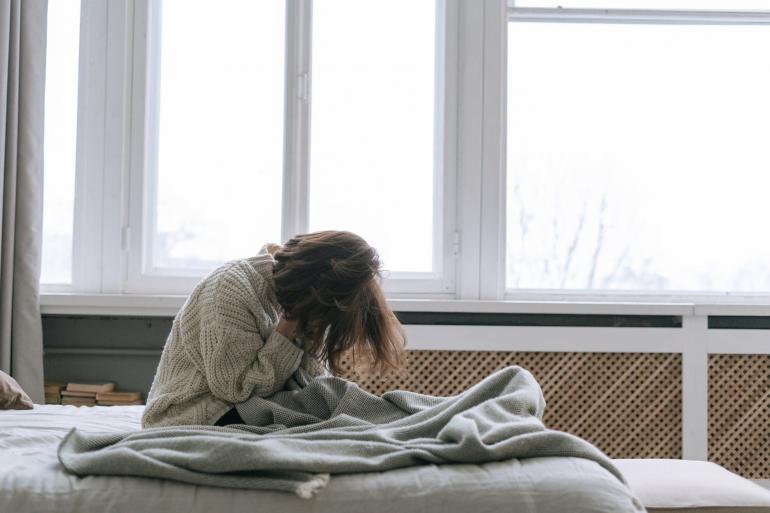Ilustrasi perempuan bersedih | pexels/Ivan Samkov