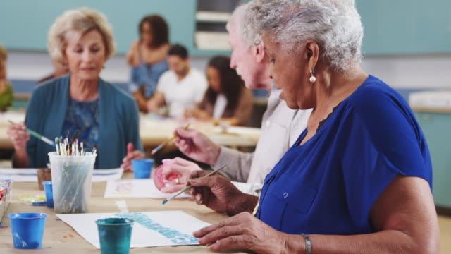 Sekelompok pensiunan lansia menghadiri kelas seni. Sumber: thinckstock