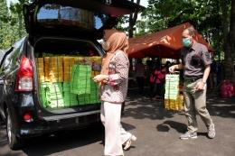 Bupati Purbalingga dan Kalak BPBD Purbalingga menyiapkan makanan dari Dapur Umum untuk didistribusikan pada warga yang isoman/Foto: Imamshart