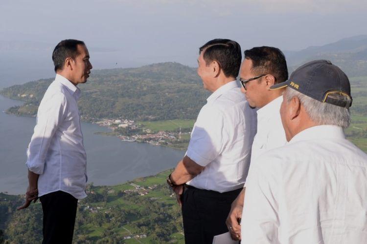 Jokowi berbincang bersama Menko Kemaritiman Luhut Binsar Panjaitan di tepi Danau Toba, 29/7/2019 (kompas.com/ Ihsanuddin).