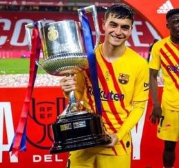 Pedri bersama Trofi Copa Del Rey 2020-21 (Sumber: twitter.com/@Izu_fcb)