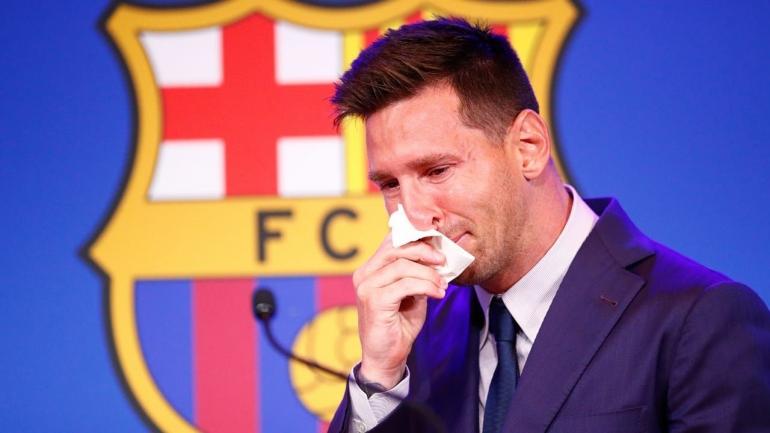 Lionel Messi menangis saat menyampaikan pidato perpisahan dengan Barcelona, Minggu (8/8)/Foto: punchng.com