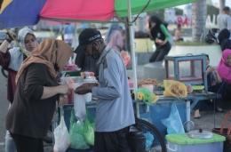Salah Satu Pedagang Pentolan di Pantai Falajawa (Dokpri)