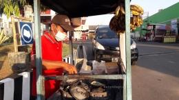 Dua wajan untuk membuat leker dan beberapa pisang untuk isian menggantung di atas gerobag. | Foto: Wahyu Sapta.