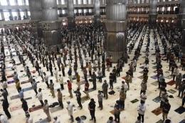 Suasana shalat berjamaah di Masjid Istiqlal Jakarta (sumber: kompas.com)