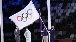 Serah terima Bendera Olimpiade saat upacara penutupan Olimpiade Tokyo 2020 (Sumber: olympics.com)