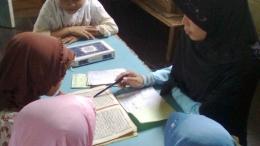 Ilustrasi gambar mengajar mengaji (www.hipwee.com)