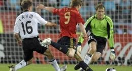 """Fernando """"El Niño"""" Torres (merah) mencetak gol pada final Piala Eropa 2008 (Sumber: dw.com)"""