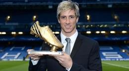 """Fernando """"El Niño"""" Torres Menerima Penghargaan Sepatu Emas Piala Eropa 2012 (Sumber: uefa.com)"""