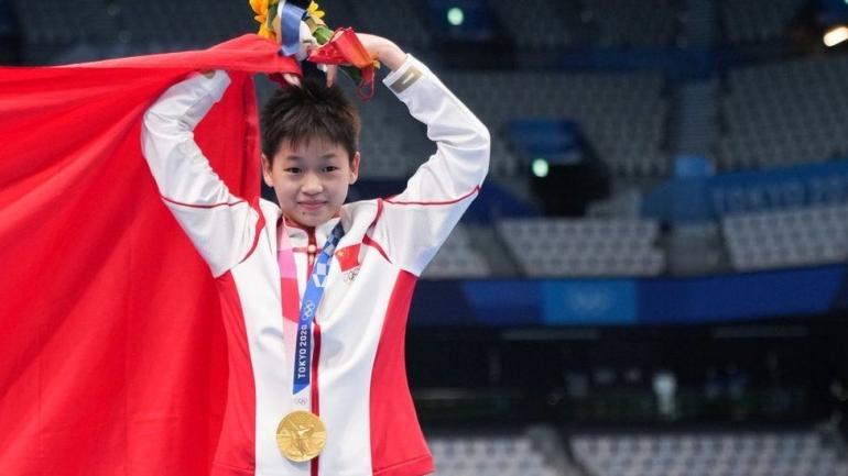 Quan Hongchan memenangi medali diving dengan angka sempurna dari ketiga juri. Photo: Getty Images.