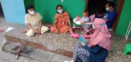 Mahasiswa Undip melakukan sosialisasi pembuatan hand sanitizer alami (Dokpri)