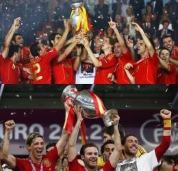 "Fernando ""El Niño"" Torres bersama Timnas Spanyol Menjuarai Piala Eropa 2008 (atas) dan 2012 (bawah) (Sumber: zimbio.com & cleveland.com)"