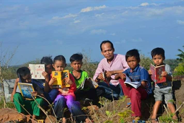 Bersama adik-adik di kampung (Foto Ahyar ros)